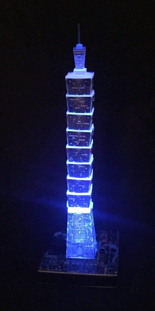 3D Puzzle Taipei 101 bei Nacht von Ravensburger Turm blau beleuchtet