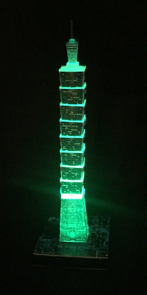 3D Puzzle Taipei 101 bei Nacht von Ravensburger Turm grün beleuchtet