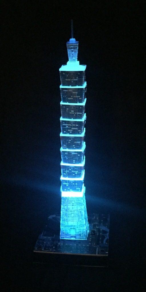 3D Puzzle Taipei 101 bei Nacht von Ravensburger Turm hellblau beleuchtet