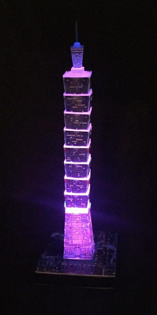 3D Puzzle Taipei 101 bei Nacht von Ravensburger Turm lila beleuchtet