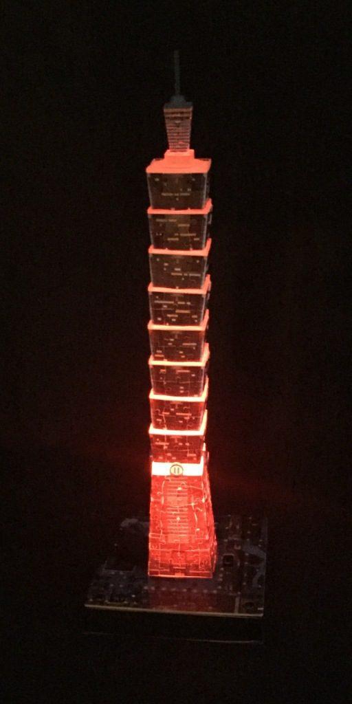 3D Puzzle Taipei 101 bei Nacht von Ravensburger Turm rot beleuchtet